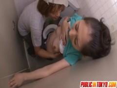 黒髪美熟女がトイレでレイプされてるおばさん動画